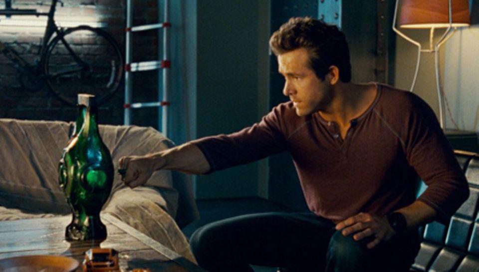 Noch etwas unbeholfen versucht Hal Jordan (Ryan Reynolds), die Laterne zu aktivieren.