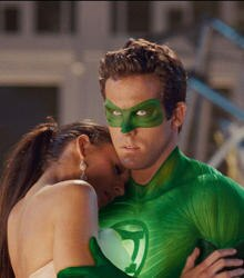 Maskiert rettet der Green Lantern alias Hal Jordan (Ryan Reynolds) seine Jugendliebe Carol Ferris (Blake Lively).