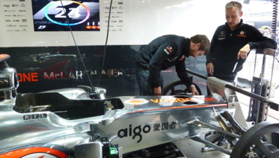 Letzte handgriffe vor dem großen rennen am Sonntag: Das Team macht die Rennwagen von Lewis Hamilton und Jenson Button fit.