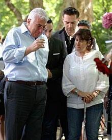 Fassungslosigkeit: Wie gelähmt verfolgen Amys Familie und ihr letzter Freund Reg Traviss das Geschehen am Camden Square. Mitch W