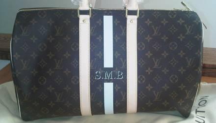 """Die """"Louis Vuitton""""-Tasche mit den Initialen von Baby Skyler war ein Geschenk der Luxusmarke."""