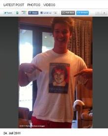 Ein T-Shirt für den kranken Bruder: So zeigte sich Patrick Schwarzenegger auf seiner Twitter-Seite.