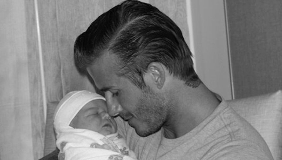 Kurz nach der Geburt zeigt sich der stolze Papa, David Beckham, mit seiner Tochter Harper Seven.