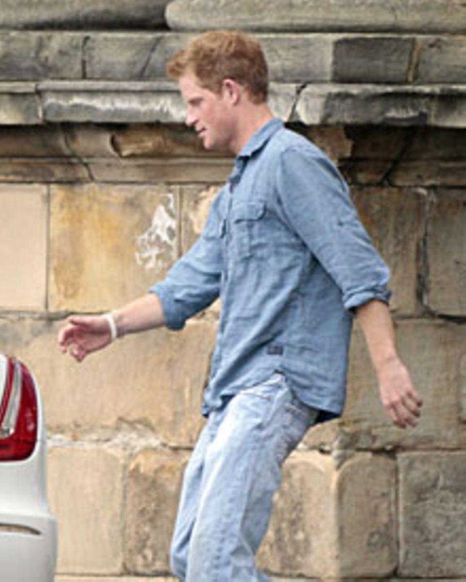 Der Morgen danach: Etwas derangiert wirkte nicht nur Prinz Harry im jeansblauen Knitterlook.