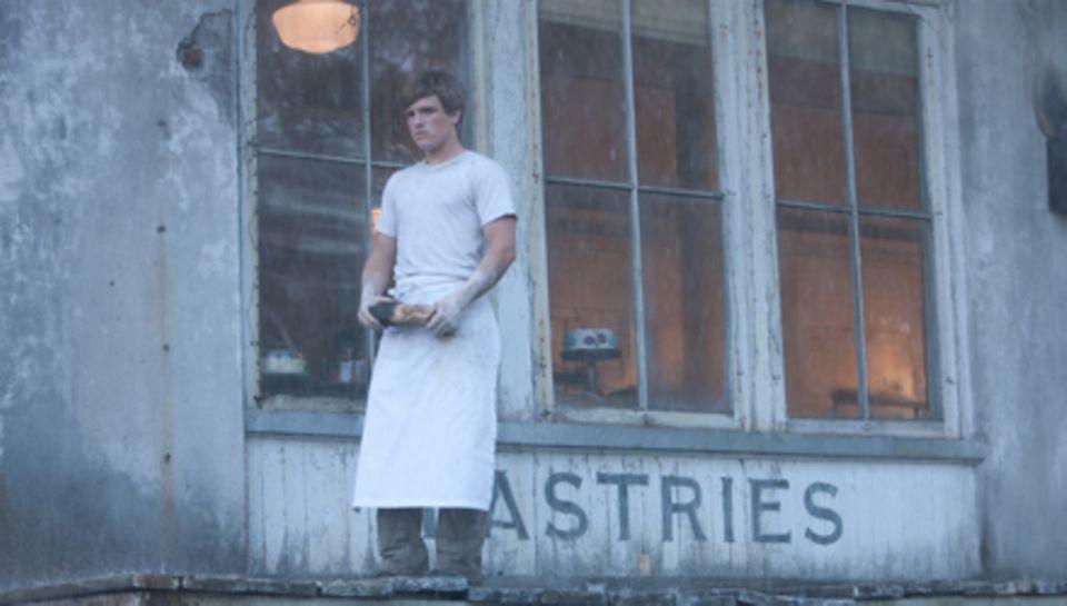 """Josh Hutcherson alias """"Peeta Mellark"""" vor der Bäckerei seiner Eltern."""