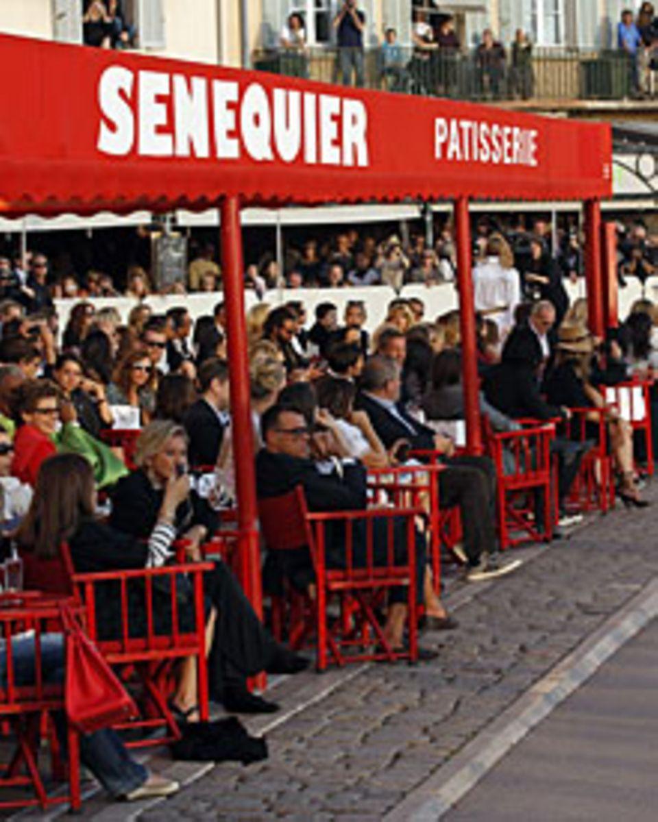 """Nur Anfänger sitzen im Café """"Sénéquier"""" in der ersten Reihe. Stammgäste wie Karl Lagerfeld, Vanessa Paradis und Ivana Trump bevo"""