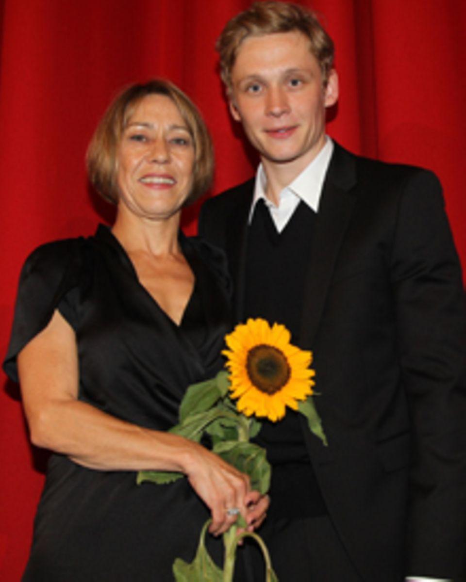 Matthias Schweighöfer sucht für seine Mutter Gitta einen Mann.