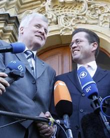"""CSU-Chef Seehofer hält trotz der Betrugsaffäre zu Karl Theodor zu Guttenberg: """"Er ist einer von uns, und er bleibt einer von uns"""