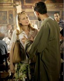 So unterschiedlich ihre Welten auch sind, während ihrer gemeinsamen Stunden in Kairo werden sie einander vertraut.