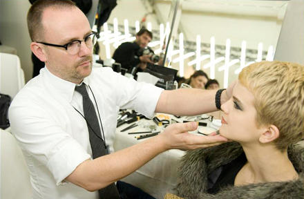 Final Check: Peter Philips prüft seine Make-up- Kreation vor der großen Chanel-Show in Paris