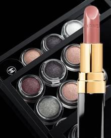 """1. Bei Chanel wurde mit den Creme-Lidschatten """"llusion d'Ombre"""" geschminkt, erhältlich in sechs Farben, je ca. 30 Euro; 2. Pfirs"""