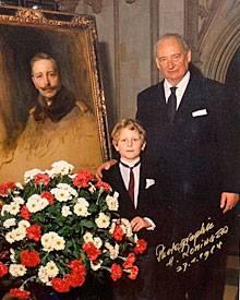 Georg Friedrich wurde von seinem Großvater Louis Ferdinand früh in die Pflicht genommen, hier vor einem Porträt von Kaiser Wilhe