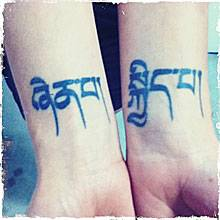 """Meine Lieblingstattoos: """"Ich hab einige, aber diese auf meinen Unterarmen bedeuten mir am meisten. Das ist Tibetisch und heißt '"""