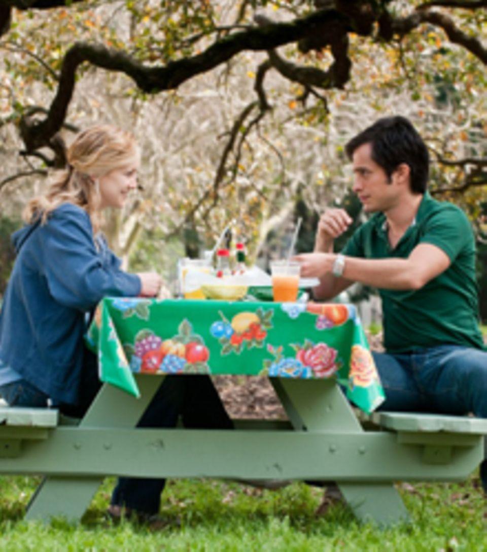 Marley (Kate Hudson) und Julian (Gael García Bernal) beim Picknick im Park: Ihre Liebe ist endlich und vielleicht genau deswegen