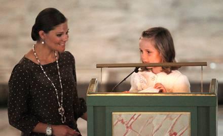 Beim feierlichen Gottesdienst liest Prinzessin Ingrid Alexandra mit der Unterstützung von Kronprinzessin Victoria von Schweden a