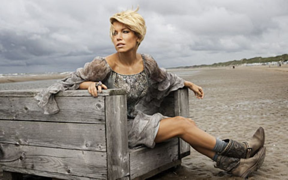 Ein Tag am Meer: Sylvie van der Vaart beim GALA-Shooting in Wijk aan Zee, wo ihre Schwiegereltern leben (Kleid von Patrizia Pepe