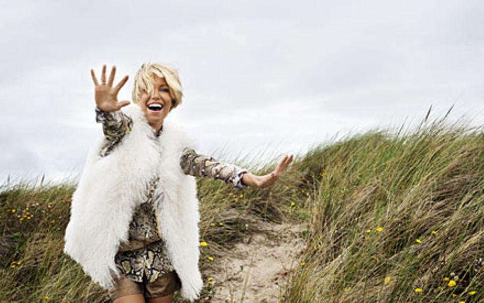 Eine Frau wie ein Sonnenstrahl: Sylvie van der Vaart trotzt dem rauen Nordseeklima mit Fröhlichkeit (Schlangenbluse und Gold-Sho