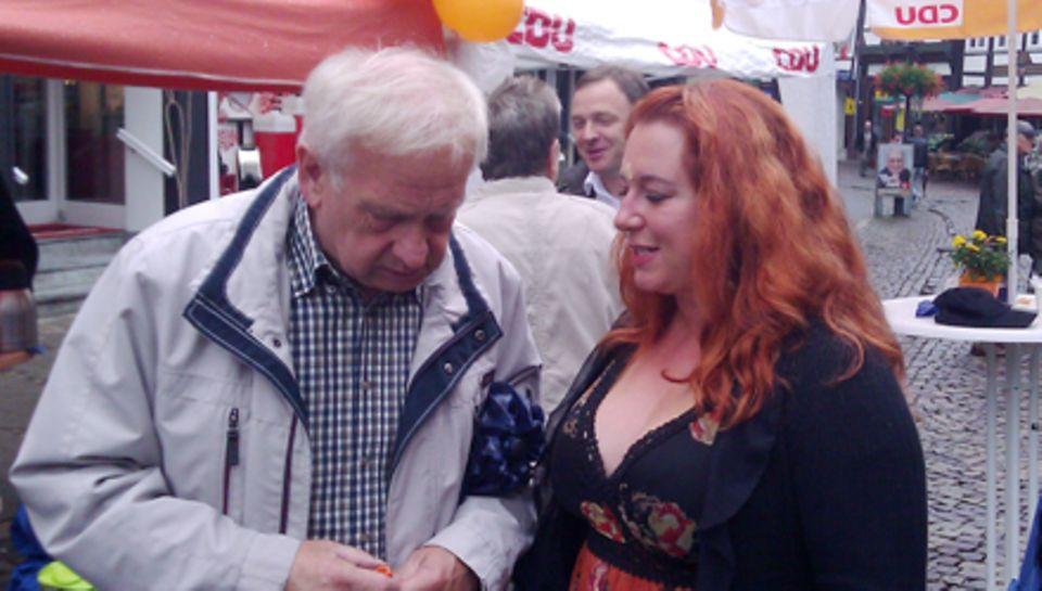 Rebecca Siemoneit-Barum im Gespräch mit einem potentiellen Wähler auf dem Marktplatz von Einbeck.