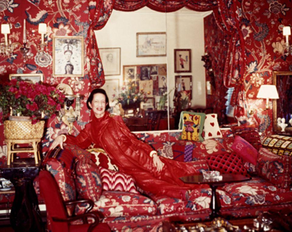 Rot ohne Ende, Texturen, Karo auf Paisley, geblümter Chintz neben Seidenstreifen, Silber, Schildplatt, Ebenholz, Muscheln, Gold.