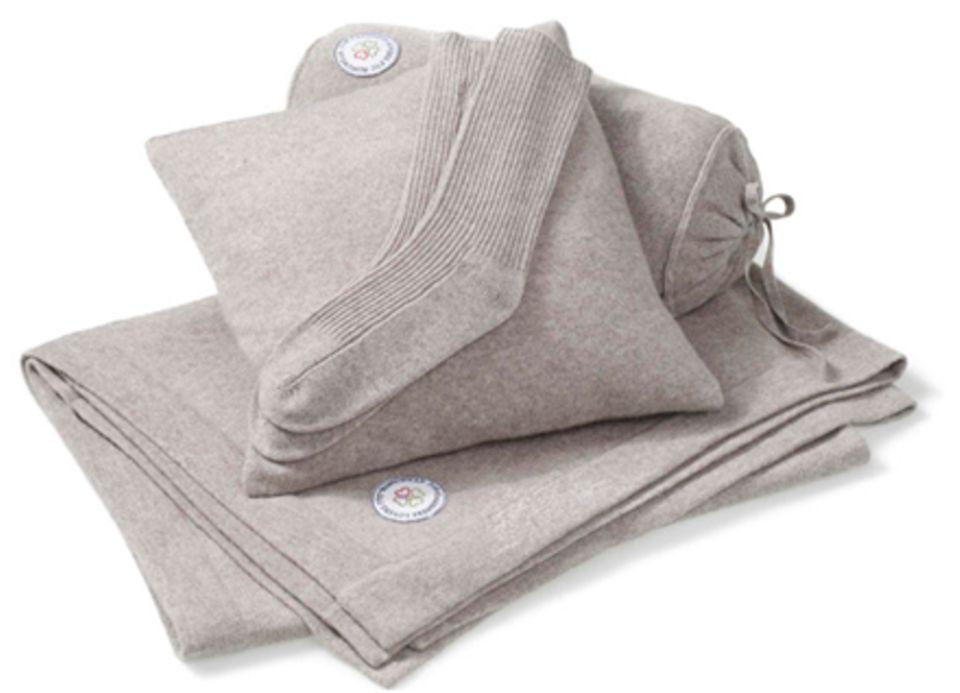 Kuschel-Kaschmir: die neue Homewear-Linie von FTC Cashmere. Decke, ca. 900 Euro, Kissen, ca. 150 Euro, Socken, ca. 100 Euro