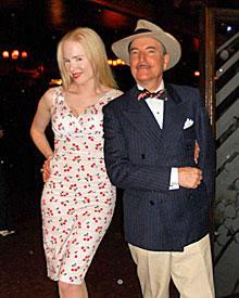 """Ariane im Kirschkleid. An ihrer Seite Gentleman Maxwell DeMille, der ihr seinen """"Cicada Club"""" zeigt."""