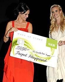 """Anfang September zeigte sich Sofia bei einem Beauty-Event, wo ihr von einer Kosmetikfirma ein Scheck für ihr """"Project Playground"""