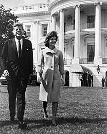 Das Präsidentenpaar Kennedy im April 1962 vor dem Weißen Haus. Jackie starb 1994.