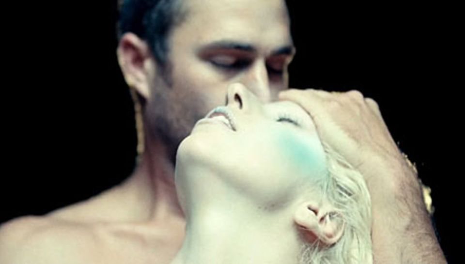 Lady Gagas neuer ist ein Werwolf - zumindest im Fernsehen. Auch in ihrem Video legt Taylor Kinney einen heißen Auftritt hin.