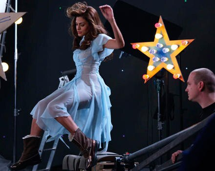 Bei den Dreharbeiten zur Kampagne sieht Schauspielerin Eva Mendes in ihrem transparenten Flatterkleid selbst aus wie ein Engel