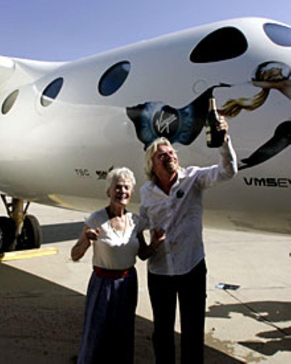 Alles hängt zusammen: Virgin-Chef Richard Branson mit seiner Mutter Eve, die von Kate Winslet vor den Flammen gerettet wurde, be
