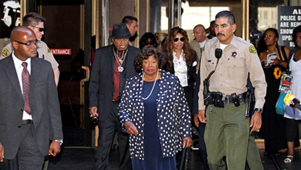 Großer Auflauf: Katherine Jackson, 81, vor dem Gerichtsgebäude. Hinter ihr folgen Ehemann Joe und Tochter La Toya.