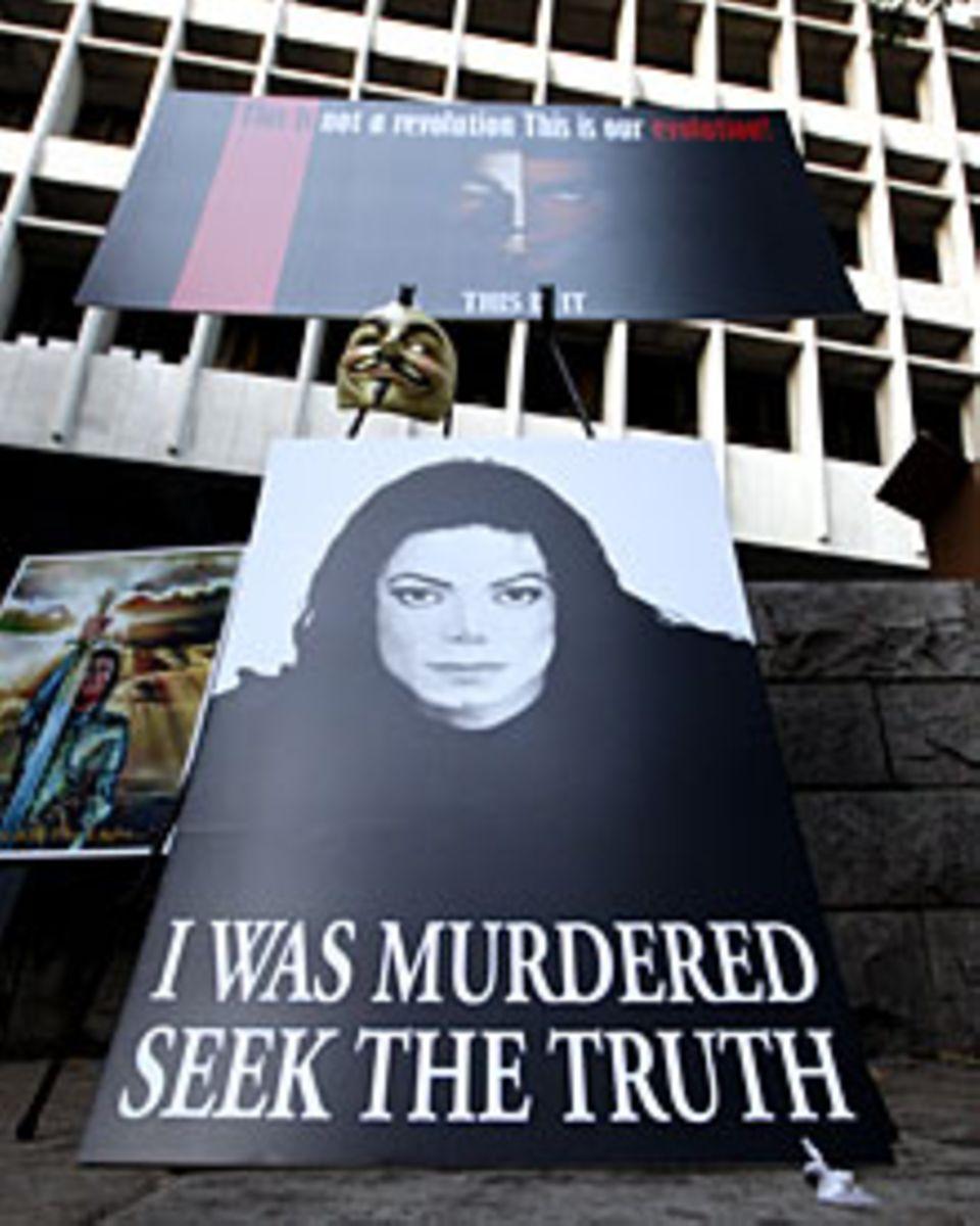 Vor dem Gerichstgebäude haben trauernde Fans Plakate aufgestellt. Vom Mord an Michael Jackson sind sie überzeugt.