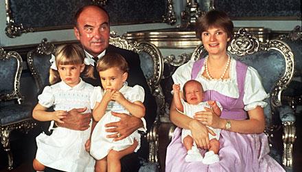 Die 16 Monate alte Elisabeth 1983 mit Schwester Maria Theresia auf dem Schoß ihres Vaters Joachim im heimischen Schloss Emmeram.