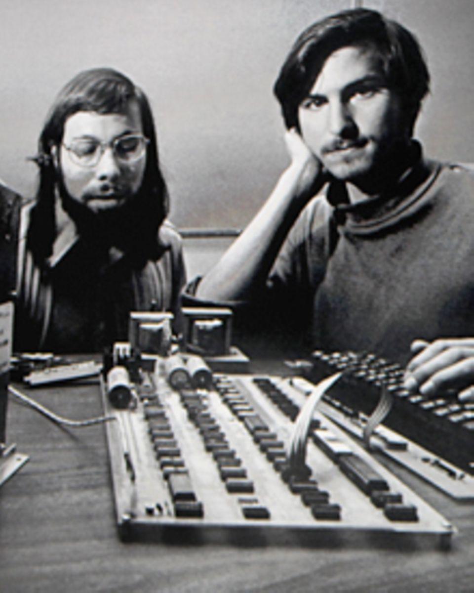 Genies unter sich: 1976 löteten der damals 21-jährige Steve Jobs (l.) und Apple-Mitgründer Steve Wozniak in der Garage von Steve
