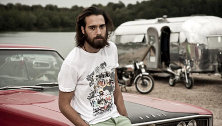 Was für ein Mann! Beim Mode-Shooting für die Frühjahrs-Kollektion 2012 von Fuga Denim Jeans gibt Christian Göran den Steppenwolf