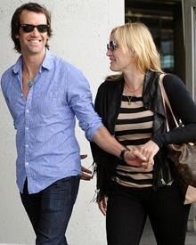 Verliebt gehen Kate Winslet und Ned Rocknroll Hand in Hand.