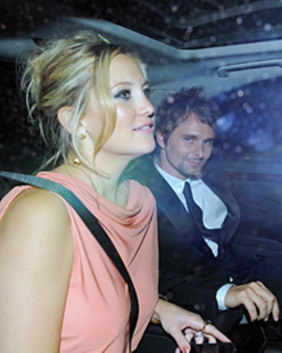 Blumenkind: Zur Geburtstagsparty von Stella McCartney trug Kate Hudson Blüten im Haar. An ihrer Seite, ebenfalls ganz entspannt,