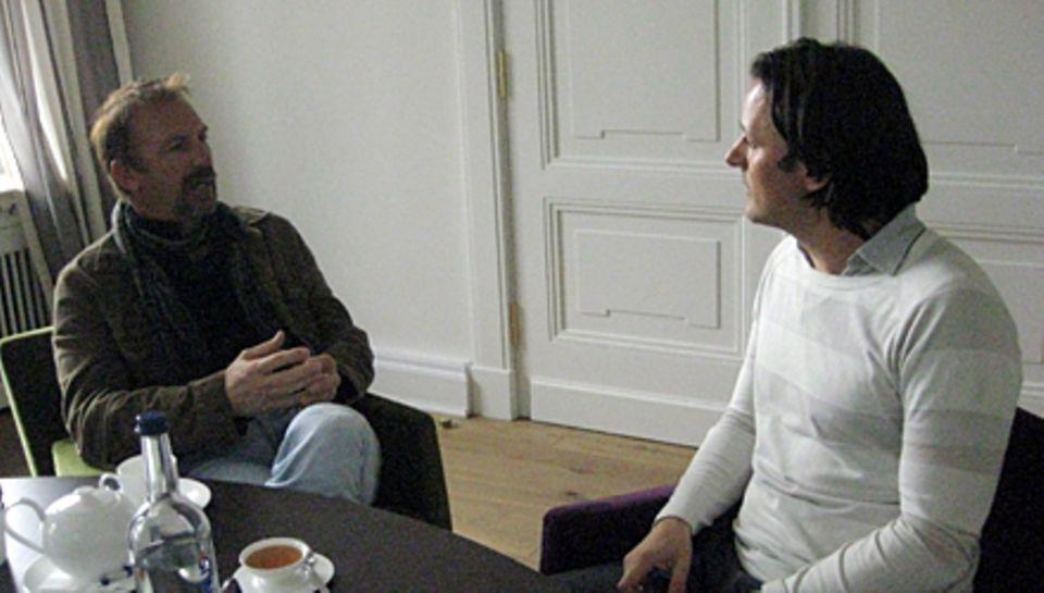 GALA-Chefreporter Hauke Herffs beim Interview mit Kevin Costner in der Plangeschen Villa im Heine Park, Hamburg.