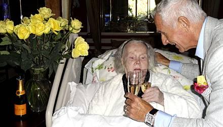 Die bettlägerige Zsa Zsa Gabor stößt im Juni noch mit ihrem Mann Frédéric Prinz von Anhalt auf dessen Geburtstag an.