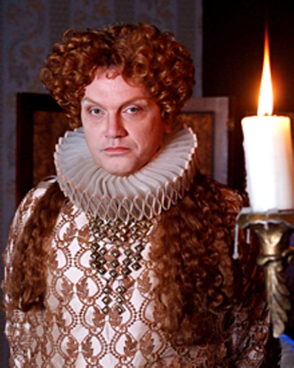 """Hape Kerkeling zurechtgemacht als Königin Elisabeth I. von England. """"Terra X: Unterwegs in der Weltgeschichte"""" startet am 23. Ok"""