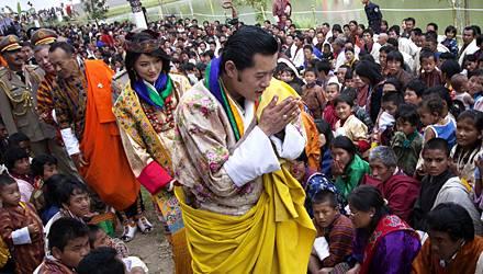 Geste der Demut: Nach der Trauung präsentierte sich der König mit gefalteten Händen dem Volk. Alle Bürger waren zu einer öffentl