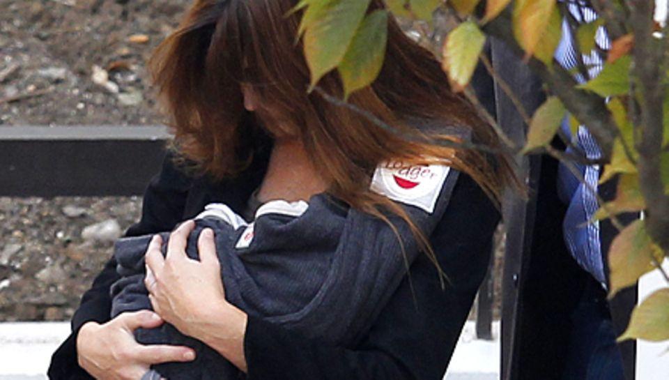 Carla Bruni verlässt mit Töchterchen Giulia die Pariser Klinik.