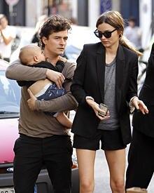 Arbeitsteilung: Während der Pariser Fashion Week überließ Miranda Kerr ihrem Ehemann Orlando den kleinen Flynn. Es läuft sich ja