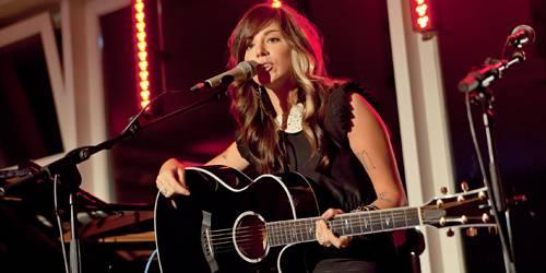 Während Perri ihre Songs singt, zieht sie das Publikum schnell in ihren Bann. Der neue Twilight-Soundtrack, zu dem Perri ihren S
