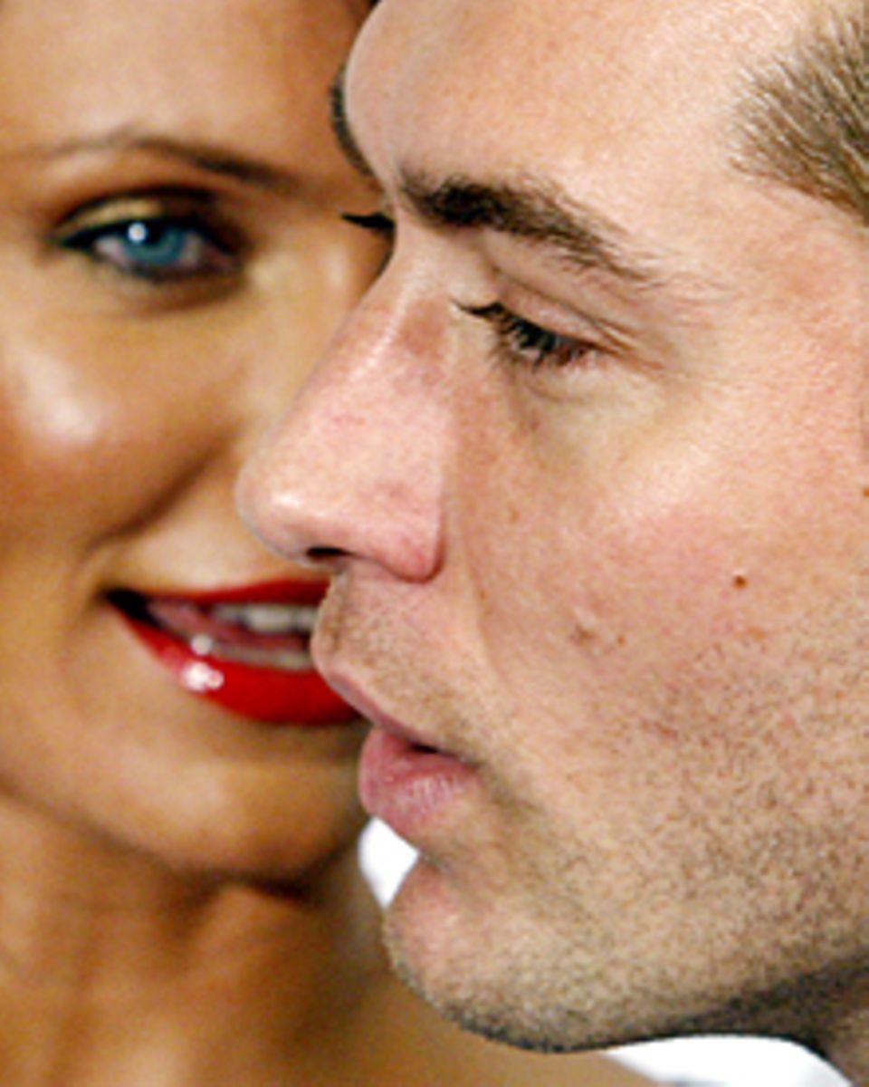 """Humor verbindet: Auch bei der Premiere von """"Liebe braucht keine Ferien"""" im Dezember 2006 in Madrid hatten Cameron Diaz und Jude"""