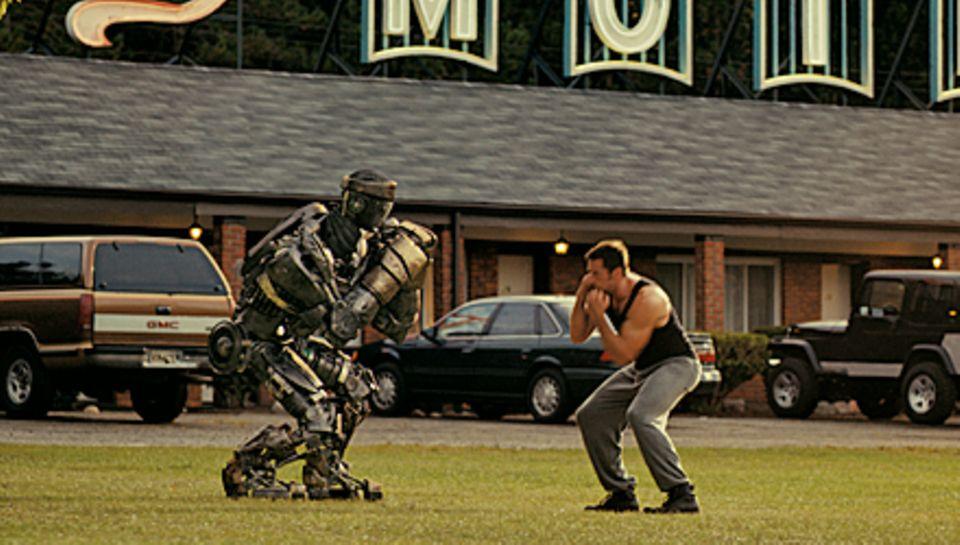"""Action! In """"Real Steel"""" trimmt der gescheiterte Boxer Charlie (Hugh Jackman) einen Kampfroboter auf Sieg."""
