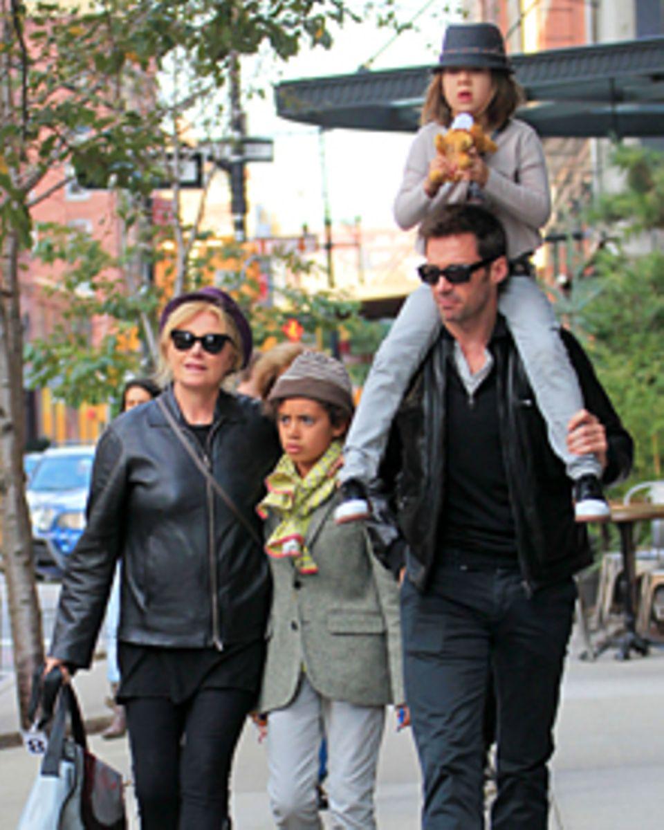 Herbstspaziergang durch New York: Hugh Jackman mit seiner Frau Deborra-Lee Furness und den Adoptivkindern Oscar, 11 und Ava, 6.