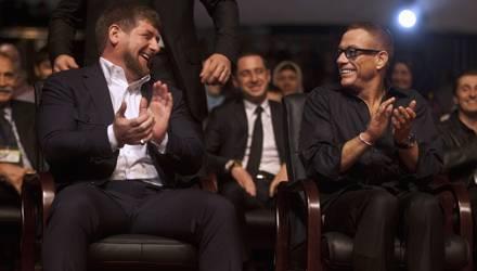 Diktator Ramzan Kadyrov und einer seiner Ehrengäste, der Actionstar Jean Claude Van Damme, haben sichtlich Spaß auf dem Event.