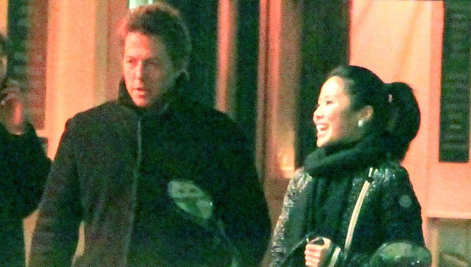Is sie die Mutter des Kindes? Im Januar sieht man Hugh Grant und Tinglan Hong gemeinsam in London, jetzt ist sie schwanger.