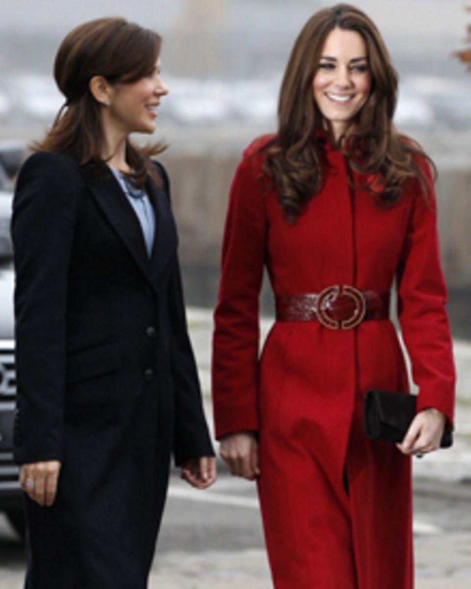 Die beiden modischen Prinzessinnen begeistert in gewohnt eleganten Outfits.